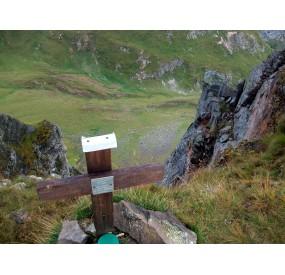 La croce di vetta del Mondeval e la vista in giù